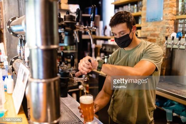 willkommen in unserer brauerei! wir haben erstaunliche biersorten, so dass sie wählen können - corona beer stock-fotos und bilder