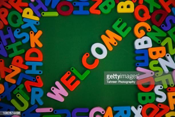 welcome written with colorful alphabet blocks - cerimônia de boas vindas - fotografias e filmes do acervo