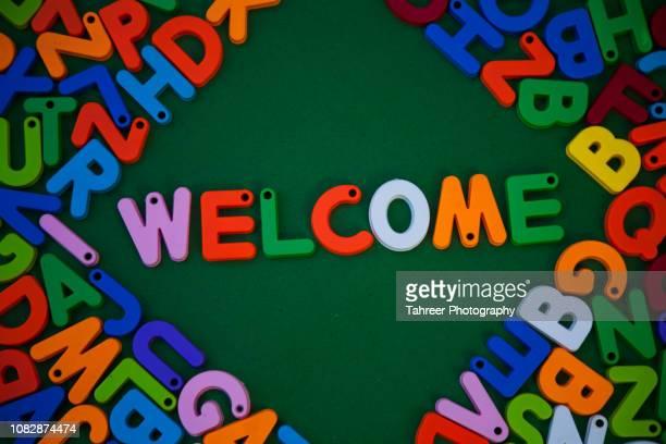 welcome written with colorful alphabet toys - cerimônia de boas vindas - fotografias e filmes do acervo
