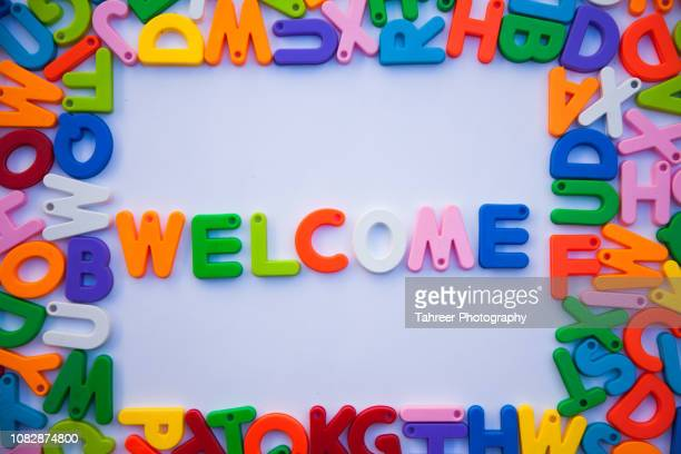 welcome written with colorful alphabets - cerimônia de boas vindas - fotografias e filmes do acervo