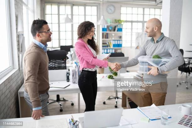 仕事で新しい同僚を迎える - リクルーター ストックフォトと画像