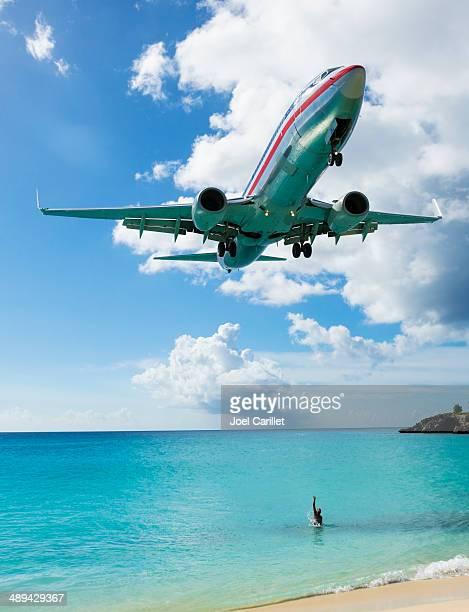 welcoming an arriving american airlines plane on st. maarten - sint maarten caraïbisch eiland stockfoto's en -beelden