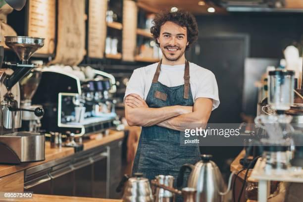 Gastvrije eigenaar van de winkel van de koffie
