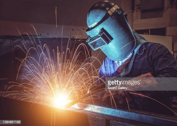 welder in factory - fabricage apparatuur stock pictures, royalty-free photos & images