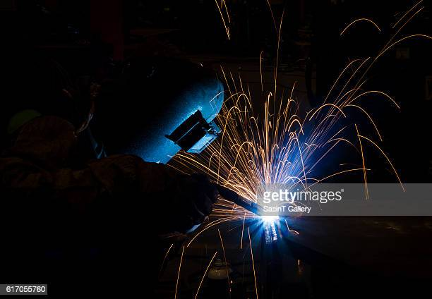 welder - fabricage apparatuur stock pictures, royalty-free photos & images
