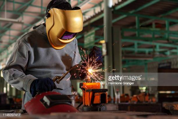welder steel welding worker industry industrial metal factory spark construction protection work manufacturing safety man job mask labor light laborer manufacture craftsman equipment skilled skill technical iron - fabricage apparatuur stock pictures, royalty-free photos & images