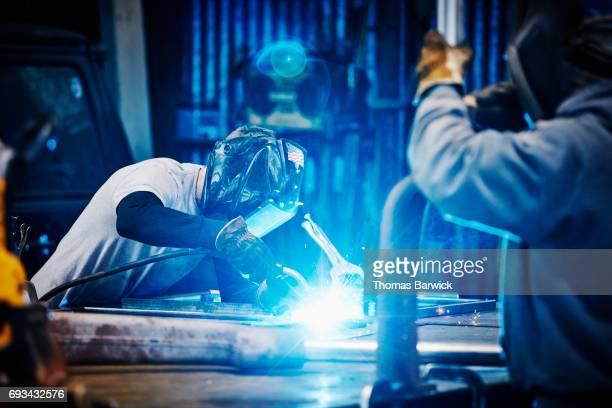 welder welding frame in metal shop - metalúrgico - fotografias e filmes do acervo