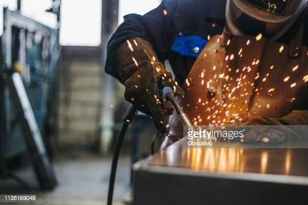 lasser met lassen vonken - industriële apparatuur stockfoto's en -beelden