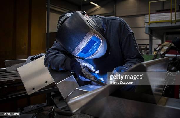 welder working in metal worshop - metalúrgico - fotografias e filmes do acervo
