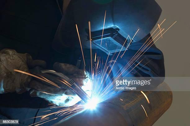 welder working on metal pipes - metalúrgico - fotografias e filmes do acervo