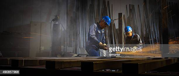 welders trabalhando na oficina - metalúrgico - fotografias e filmes do acervo
