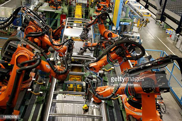 welding robots ats car factory - robot arm stock pictures, royalty-free photos & images