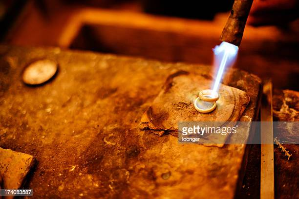 Chalumeau soudeur fondre les anneaux argentés