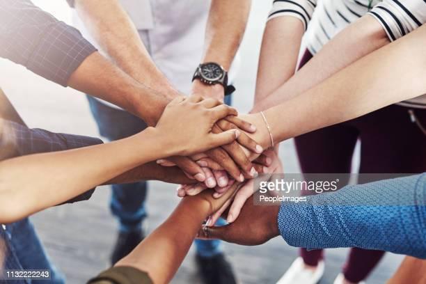 we zullen veel meer bereiken als een - teamwerk stockfoto's en -beelden
