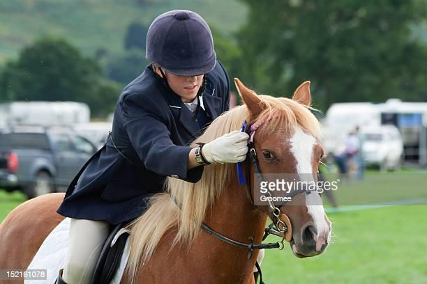 Gut gemacht! -rider Orte Rosette ausgezeichneten auf pony-Wettbewerb gewann.