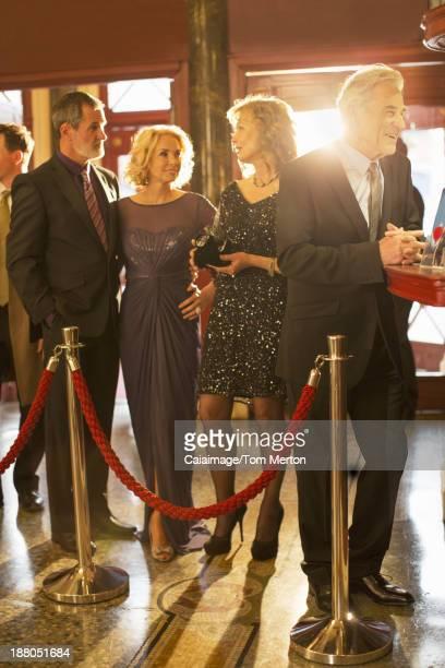 Gut angezogen Paare erwarten Sie in der bar-in theater in der lobby