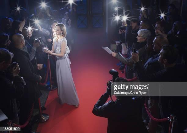 Bien habillée femme signature et des autographes de célébrités