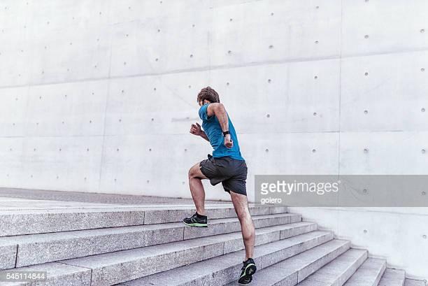 Capacitado deportista corriendo con escalera de piedra