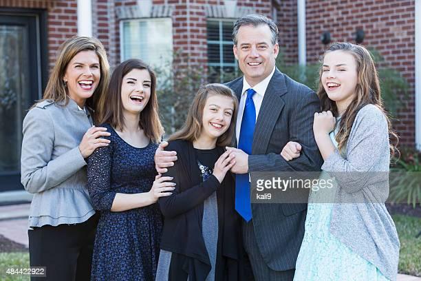 bem-vestidos família com três filhos fora de casa - bem vestido - fotografias e filmes do acervo