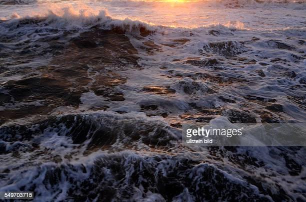 Wellen Gischt Meeresbrandung bei Sonnenuntergang