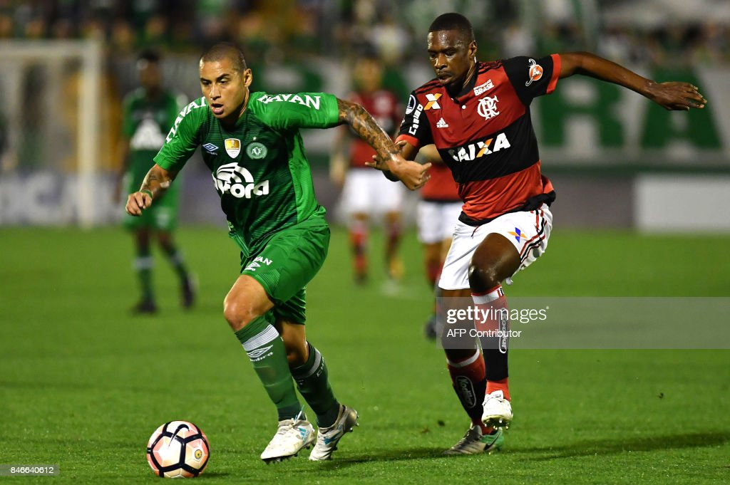 Wellington Paulista (L) of Brazil's Chapecoense vies for the ball with Juan (R) of Brazil's Flamengo during their 2017 Copa Sudamericana football match held at Arena Conda stadium, in Chapeco, Brazil, on September 13, 2017. /