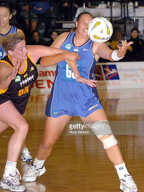 Wellington Shakers goal keep Megan Hutton, left, wrestles for the ball with the Auckland Diamonds Shelley Norris in the National Bank Netball Cup...