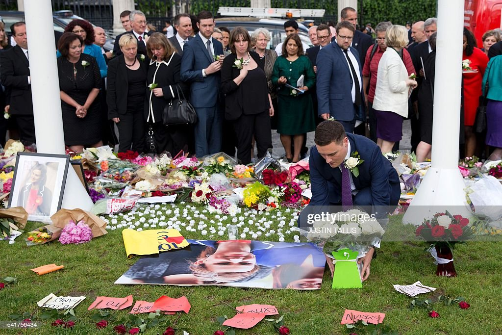 Well-wishers pay their respects at a memorial to murdered Labour MP, Jo Cox is pictured outside the Houses of Parliament in London on June 20, 2016. / AFP / JUSTIN