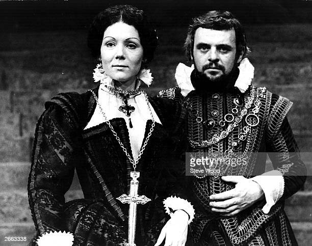 Welsh actor Anthony Hopkins as Macbeth and English actress Diana Rigg as Lady Macbeth in a production of Shakespeare's tragedy 'Macbeth'.