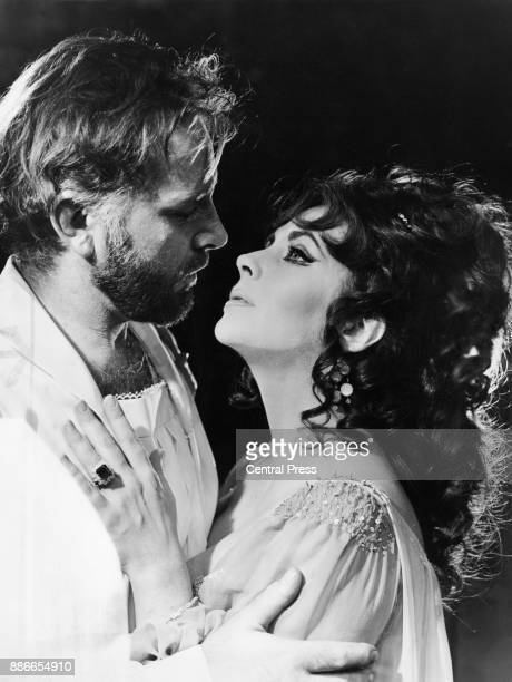 Welsh actor Richard Burton and his wife actress Elizabeth Taylor in costume as 'Dr Faustus' and Helen of Troy in an Oxford University Dramatic...