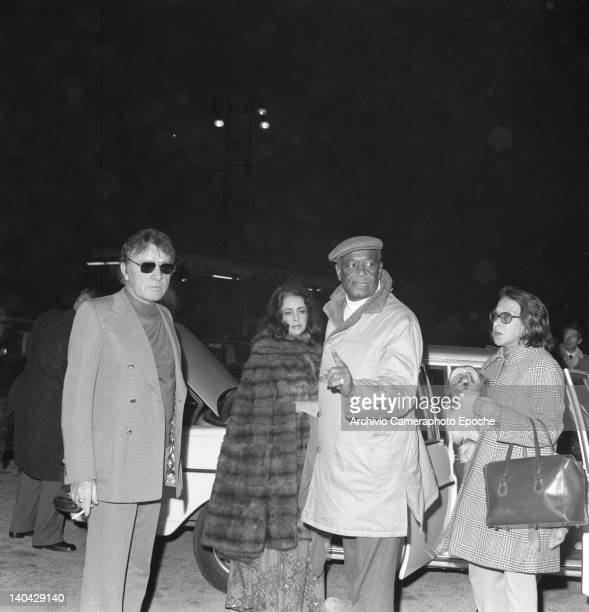 Welsh actor Richard Burton with Liz Taylor arriving at the airport Lido Venice 1974