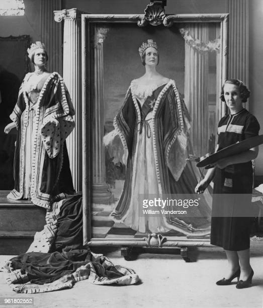 Welsh artist Margaret Lindsay Williams paints actress Anna Neagle as Queen Victoria at her studio in St John's Wood London 10th October 1938 Neagle...