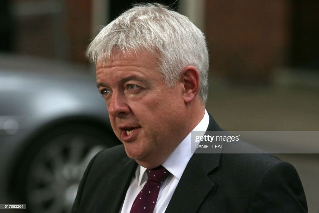 Welsh First Minister Carwyn Jones speaks to members of the media outside 10 Downing Street in central London on October 24, 2016 after holding talks with British Prime Minister Theresa May and the first ministers of Northern Ireland and Scotland on the government's Brexit plans. / AFP / DANIEL
