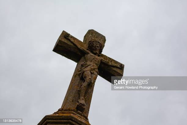 welsh religious stone cross - geraint rowland stock pictures, royalty-free photos & images