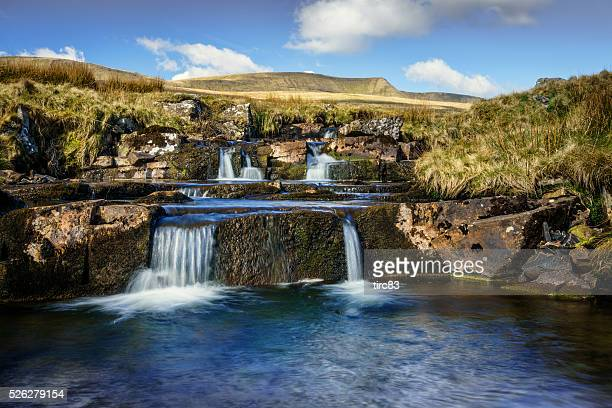 welsh river on edge of the brecon beacons - wales stockfoto's en -beelden