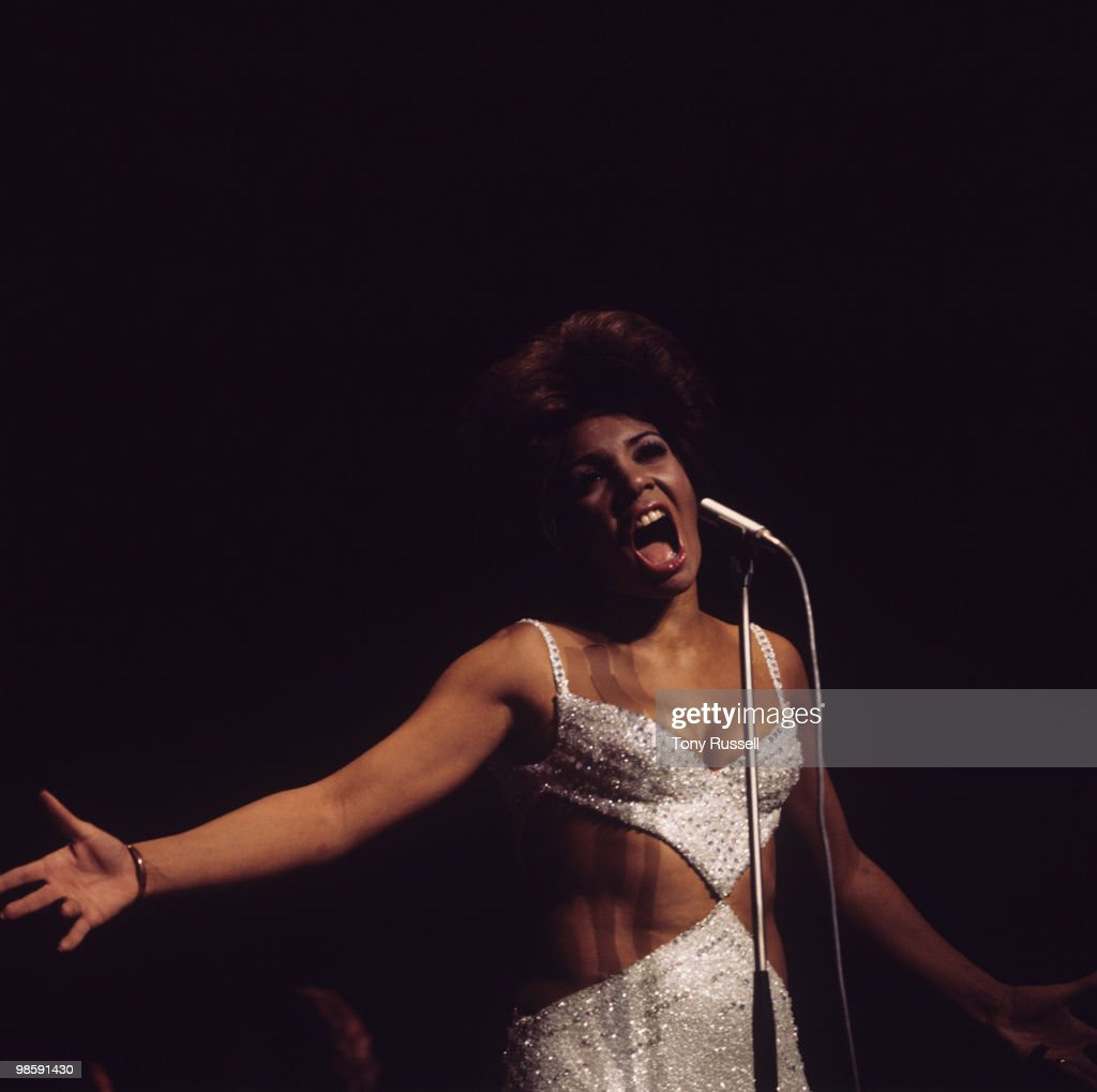 Shirley Bassey Performs On Stage : News Photo