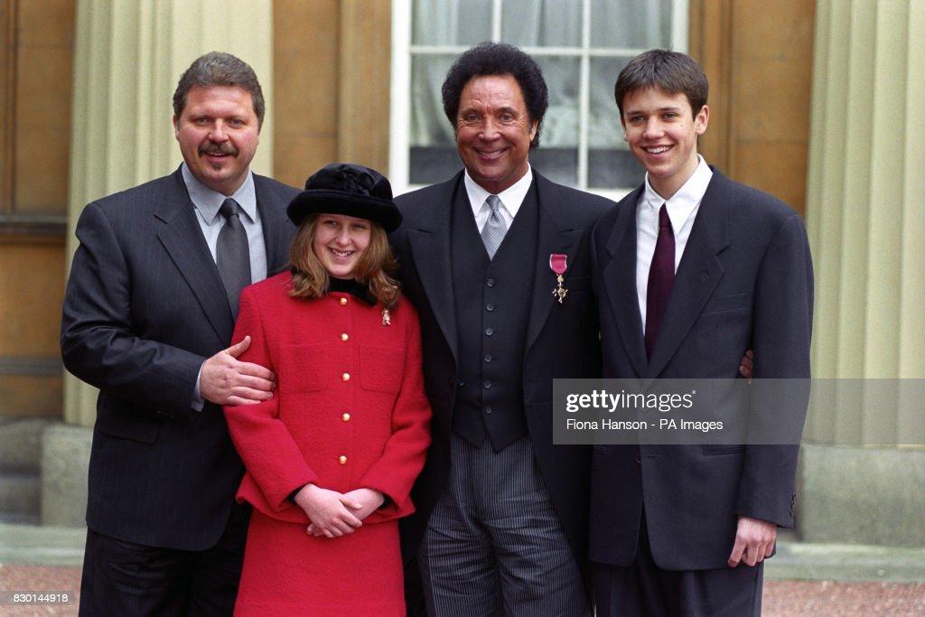 Tom Jones & family/OBE : News Photo