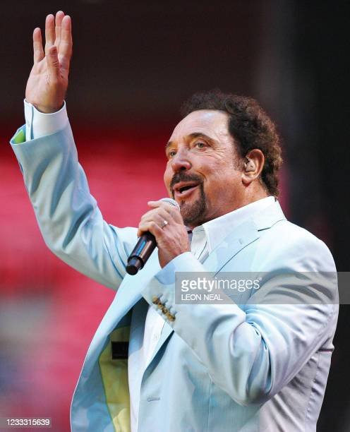 Welsh singer Tom Jones performs on stage at Wembley stadium in north London, 01 July 2007, as 60 000 revellers join Princes William and Harry for the...
