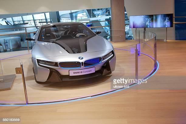 BMW Welt München Präsentation aktueller BMWElektrofahrzeuge im Ausstellungsraum Hier der rein elektrisch angetriebene Sportwagen BMW i8 Concept