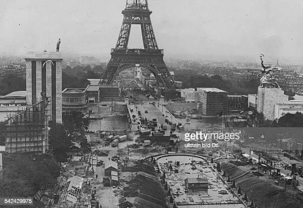 Weltausstellung in Paris Blick über die teilfertige Ausstellunglinks der Deutsche Pavillon