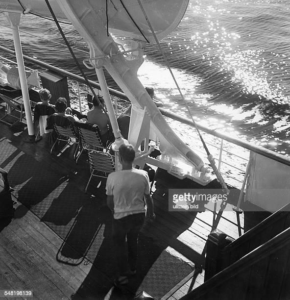 8 Weltjugendfestspiele / Weltfestspiele der Jugend und Studenten in Helsinki vom 2807 Festivalteilnehmer sonnen an Deck einer Fähre Juli 1962