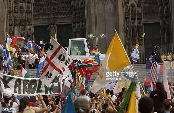 Weltjugendtag in Köln Jugendliche aus allen teilen der Welt feiern mit Papst Benedikt auf dem Marienfeld bei Köln, Papamobil