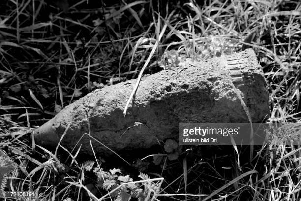 Weltkrieg 1914 - 1918 - ehemalige Westfront auf der Suche nach Spuren von George Butterworth - auf dem Weg lag eine scharfe Artilleriesprengranate...