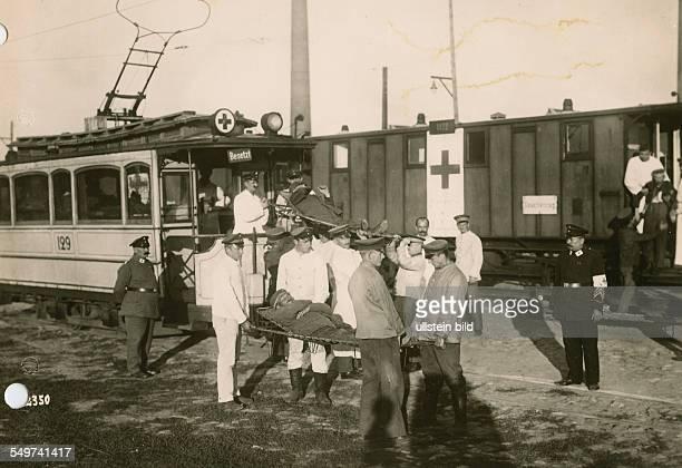 Ankunft eines Lazarettzuges mit verwundeten Soldaten in Königsberg / Ostpreussen Sanitäter des Heeressanitätsdienstes tragen die Verwundeten in eine...