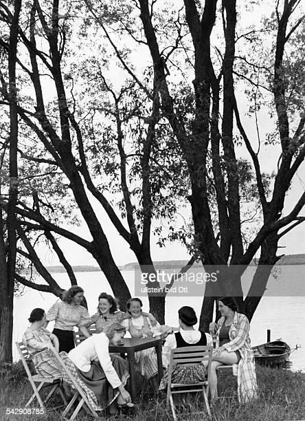 2 Weltkrieg Deutsches Reich Munitionsarbeiterinnen am Sonntag Frauen in der Freizeit an einem Badeseeveröffentlicht Erika 25/1940Foto Hans ReinkeFoto...