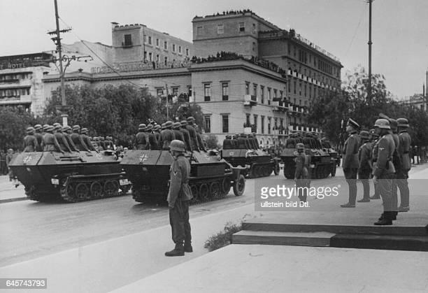 Weltkrieg, Griechenland, Parade deutscher Soldaten in Athen vor Generalfeldmarschall Wilhelm List auf dem Platz vor dem Königlichen Schlosserschienen...