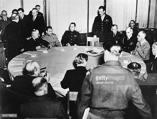 2 Weltkrieg Konferenz Jalta 04110245Plenarsitzung im LiwadijaPalastam Konferenztisch im Vordergrund diebritische Delegation mit...