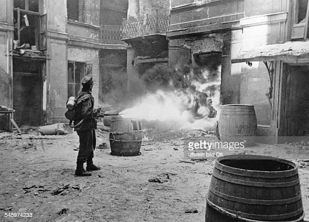 2 Weltkrieg Polen Warschauer Aufstand 0108Zugang zu einem Keller wird mit einemFlammenwerfer in Brand gesetzt August 1944