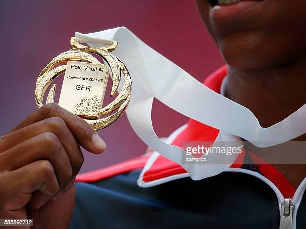 Weltmeister world champion pole Vault Stabhochsprung Raphael Holzdeppe GER mit Goldmedaille Leichtathletik WM Weltmeisterschaft Moskau 2013 IAAF...