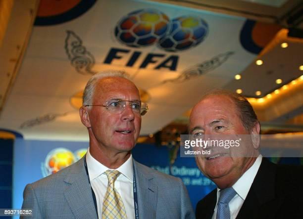 FUSSBALL Weltmeisterschaft Japan Suedkorea 2002 Kongress Eroeffnung FIFA Praesident Joseph S Blatter mit DFB Vize Praesident Franz Beckenbauer