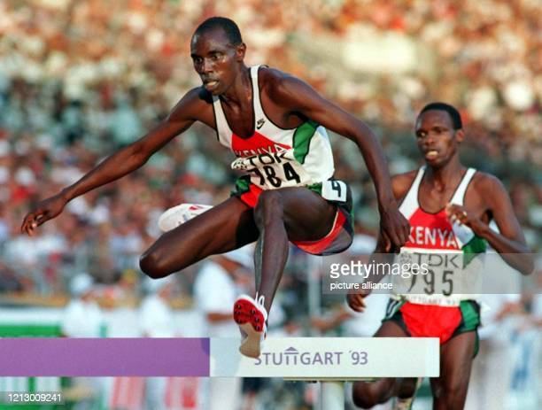 Weltrekordler Moses Kiptanui der hier gerade über ein Hindernis setzt entschied das WMFinale im 3000mHindernislauf am in der neuen Jahresweltbestzeit...
